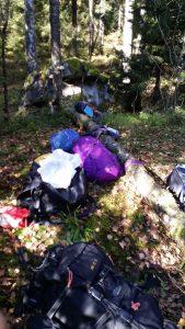 Ryggsäckar på rad i skogen