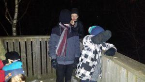 Barnen spanar efter ugglor