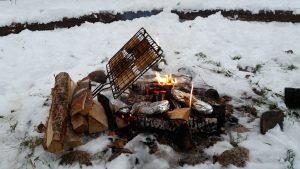 Rostat bröd över lägereld